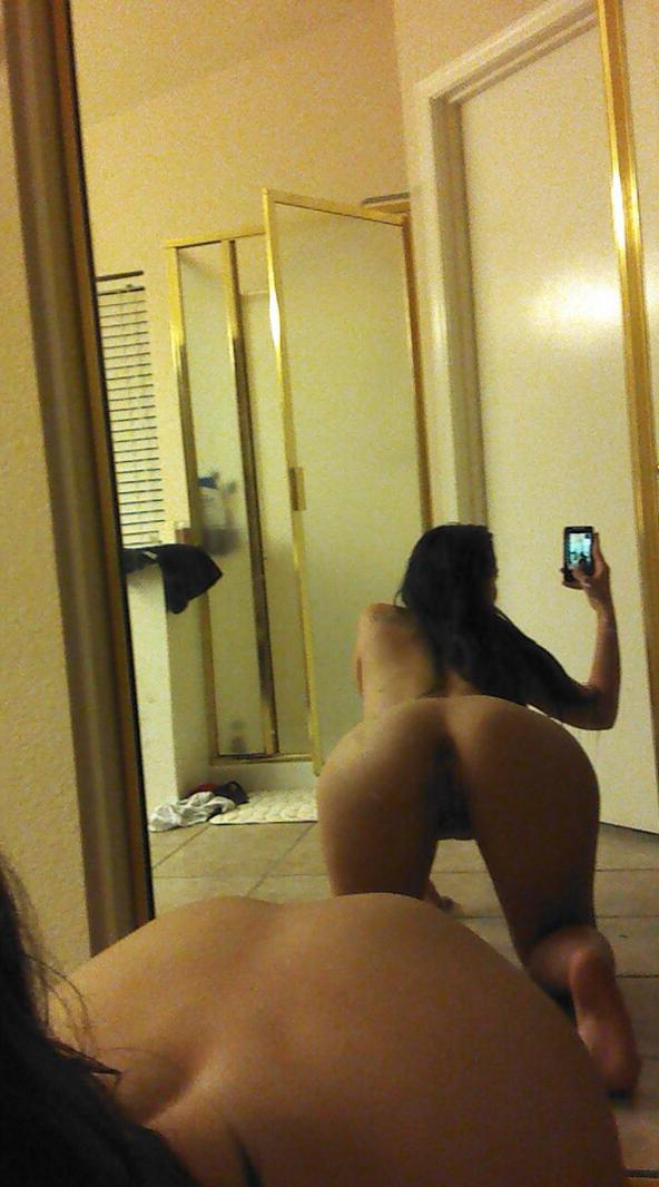Naked teen girl taking pic of themselfs
